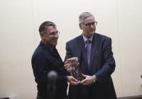 Ali Iğmen receiving an award
